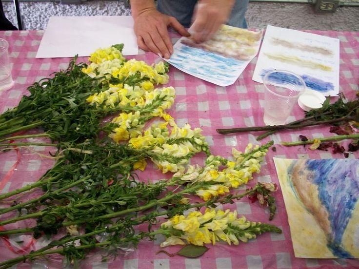 Hacer tinta usando pétalos Los pétalos de flores han sido utilizados como colorantes por siglos. La tinta también puede hacerse a partir de los pétalos de flores con algunos ingredientes específicos que están disponibles en la mayoría de las drog