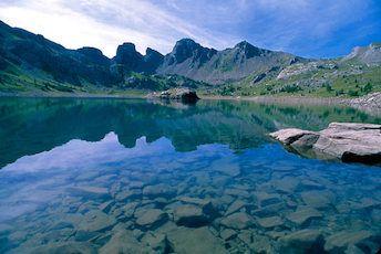 Le Lac d'Allos dans le Haut Verdon, le plus haut lac naturel d'Europe, aux sources du Verdon