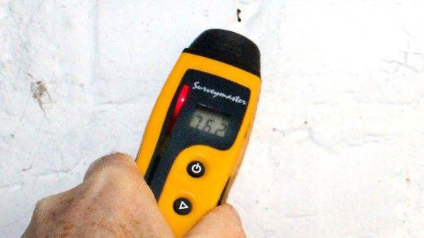 Meist sind Schäden an der Bausubstanz schuld an der Feuchtigkeit im unteren Hausbereich. Lüften macht es oft nur schlimmer.