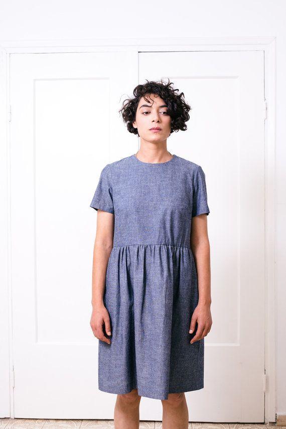 Dieses dunkle Blau lose Kleid besteht aus leichten Baumwoll-Denim. Es hat kurze Ärmel, Taschen und Knöpfe auf der Rückseite. Gesamtlänge vom höchsten Punkt der Schulter beträgt ca. 37,5/ 96cm.  Es gibt es auch in hellen Jeans (der Stoff ist viel schwerer) http://etsy.me/1SvJFzc  ✖ ✖ GRÖßEN  ◦ Größe XS (US 2) ◦ Büste: 32,3/ 82cm Taille: 24,4/ 62cm Hüften: 34,6/ 88cm  ◦ Größe S (US 4-6) ◦ Büste: 33,9/ 86cm Taille: 26/ 66cm Hüften: 36,2/ 92cm  ◦ ...