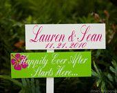 Signo de boda de playa.  Personalizada señales direccionales con la flecha.  Para su boda de playa o ceremonia. Felizmente siempre empieza aquí.