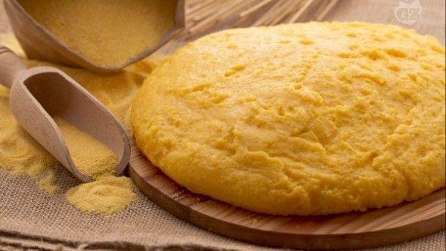 Quem não gosta de polenta? Aprenda a fazer essa receita deliciosa junto com molho branco e berinjelas de acompanhamento!