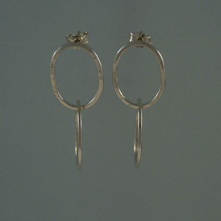 To ovale ringe på ørestikker i 925 sterling sølv. Pris: 350,- http://www.vitavita.dk/produkt…/dobbeltringe-paa-oerestikker