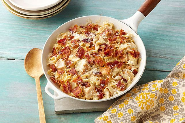 ¿Quieres deleitar a un grupo grande? Prueba este platillo donde se juntan la cremosa salsa Alfredo con un sencillo pollo a la sartén y como toque final, tocino y parmesano encima.