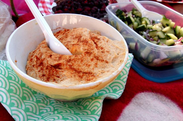 zelf humus maken :  kikkererwten, olijfolie, tahin, knoflook, cayennepeper, paprikapoeder, limoen, peper, zout