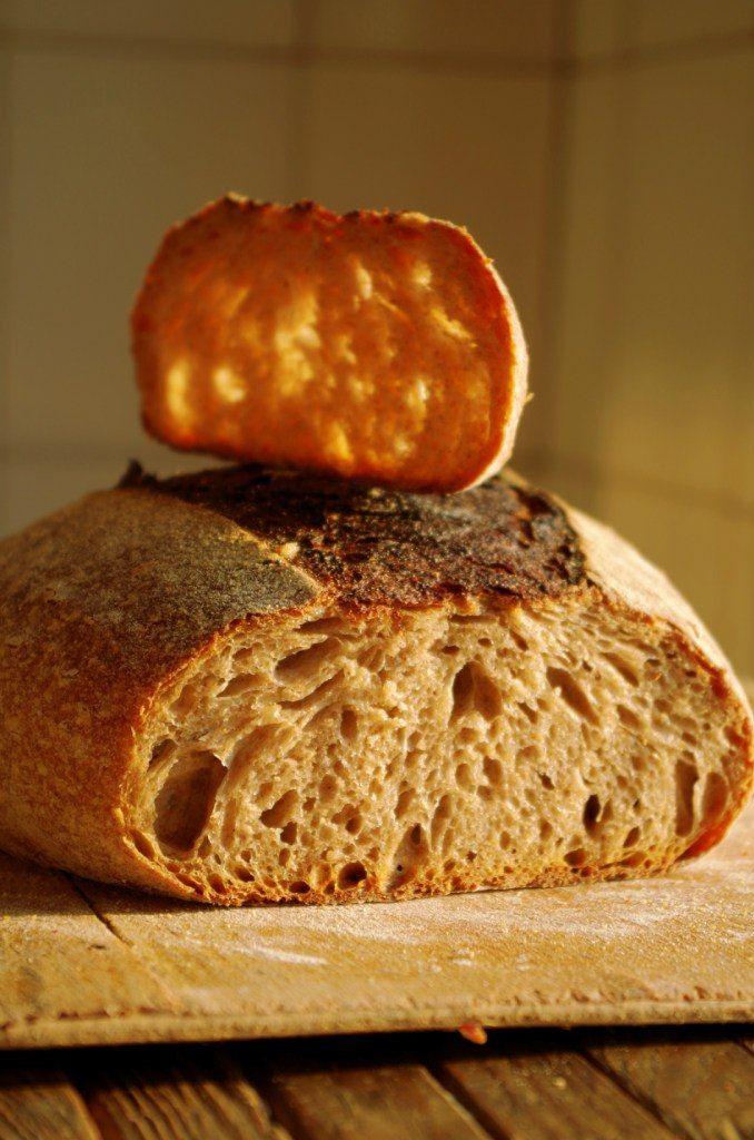 Обалденный хлеб, мне очень понравился, а как пахнет, а какой вкусный, особенно еще теплый с холодным молоком! А еще у него потрясающий мякиш, очень красивый, и…