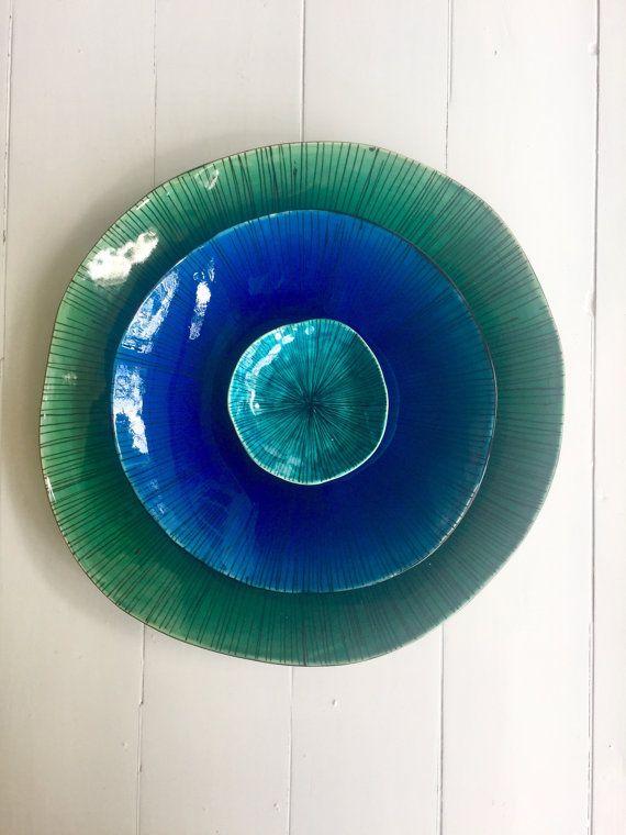 Diese niedlichen Schälchen ist Hand gebildet von mir aus weißer Keramik Ton, dekoriert mit handgemalten feine Linien in schwarz, innen ist abgeschlossen in einer herrlichen blauen Knistern Glasur. Verwenden Sie diese Schale in der Küche, als Schmuck Halter oder als Deko-Objekt.  Alle meine Stücke sind einzigartig, finden Sie leichte Unebenheiten in Form von Schalen und Marken Links vom handgemachten Prozess. Dies ist, was das Stück eindeutig zu machen, verleiht Charakter und machen es…
