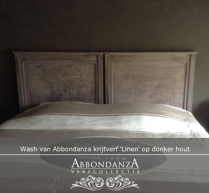 Dit donkere houten bed kreeg een wash met Abbondanza krijtverf in de kleur Linen. Een wash maak je met 1 deel Abbondanza krijtverf en 1 deel water.