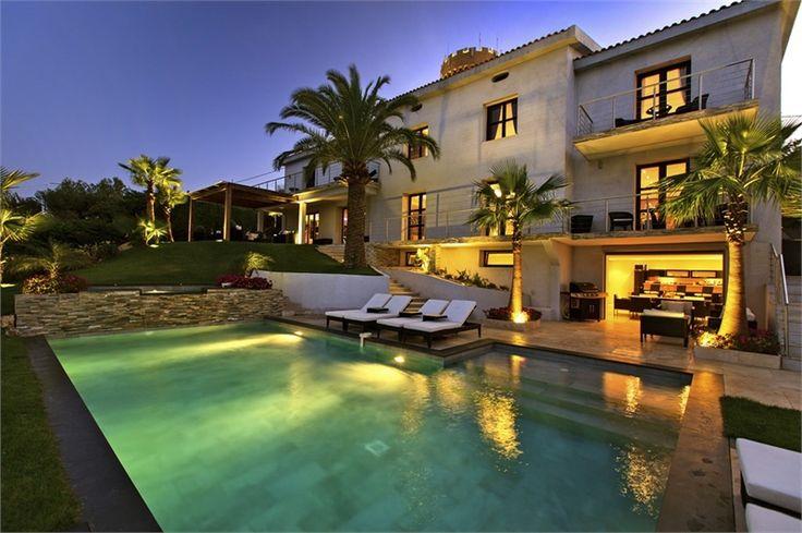 Magnifique villa d'architecte à vendre chez Capifrance à Cannes.    Elle offre un cadre idyllique : vue dominante sur mer et montagne, et possède de nombreux atouts : 430 m² habitables, 6 pièces dont 5 chambres, pool house.    Plus d'infos > Sabrina Lonchay, conseillère immobilière Capifrance.