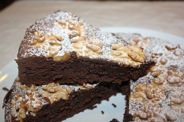 La Tenerina è una torta ferrarese al cioccolato caratterizzata da un esterno meringato e croccante ed un cuore morbidissimo.