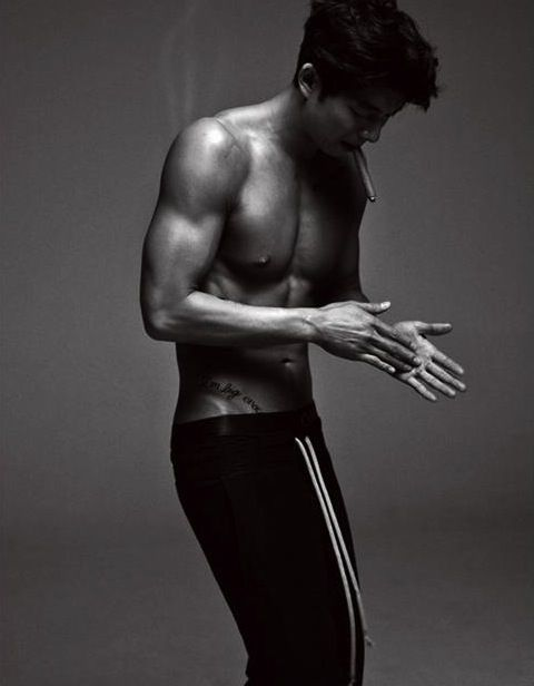 [NEWS] Gong Yoo boasts his sculptured six pack ~ Daily K Pop News