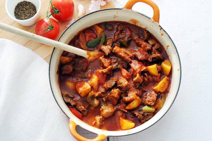 Goulash (1: lekker met rijst + broccoli en 2: als soep: 1 portie goulash, 720 ml passata di pomodoro, 600 g bakaardapp. (koelvers), 1 pot geroost.paprika (465 g), 4 el Bulgaarse joghurt (beker 500 g): goulash, passata aardapp. en 400 ml water in pan aan kook brengen, paprika in stukjes erbij, 10 min. op laag vuur koken. Dan in kommen met 1 el joghurt, smullen maar