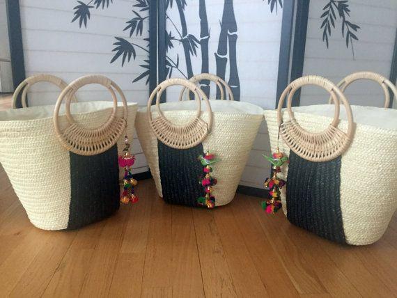 Destination mariage cadeau - demoiselle d'honneur cadeau - sac de Pom Pom - douche nuptiale faveurs - noir et blanc paille cabas - sacs de plage - station sac