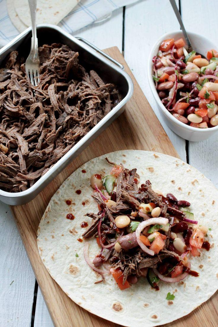 Pulled pork på vildsvinskött med tortillabröd och bönsallad.