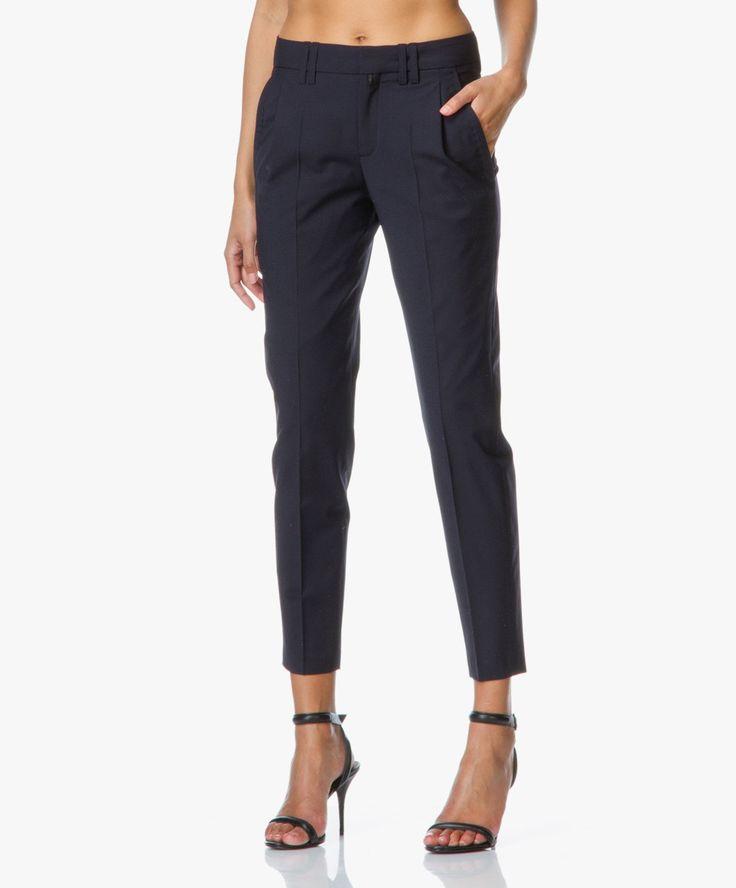 Elegante donkerblauwe cropped pantalon van Drykorn in hoogwaardige scheerwol mix. Iedere vrouw heeft een chique, tijdloze pantalon nodig in haar garderobe.