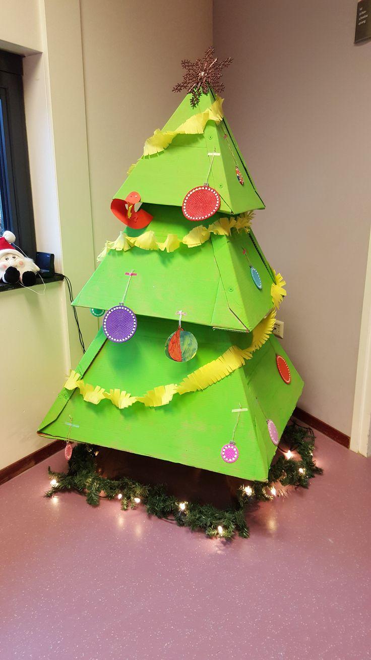 kerstboom van kartonnen dozen
