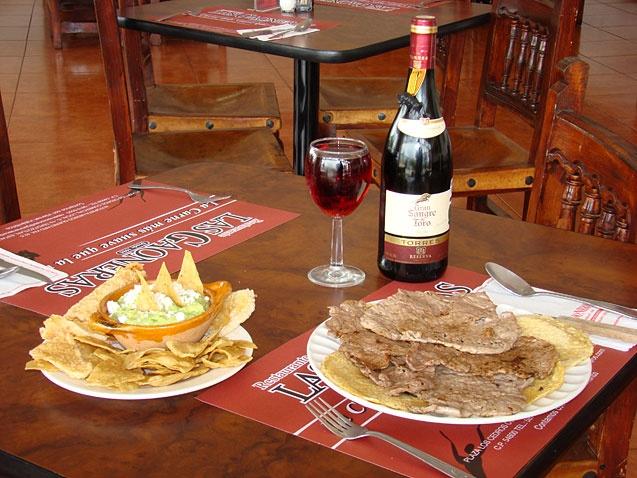 Las Gaoneras  Cortes de carne con servicio a la carta.- A 2 minutos del hotel.  Fuente:Google