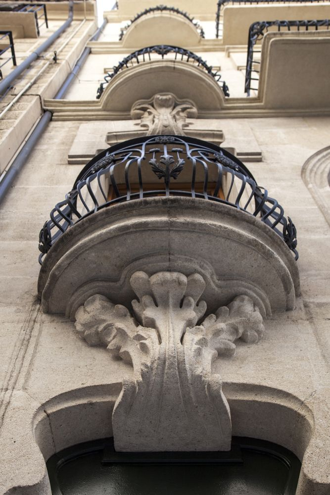 De la vivienda Sant Nicolau nº 4 destacan las grandes claves con motivos florales en los dinteles de los huecos y los balcones volados de piedra. #Alcoy #Alcoi Ruta Europea del #Modernismo