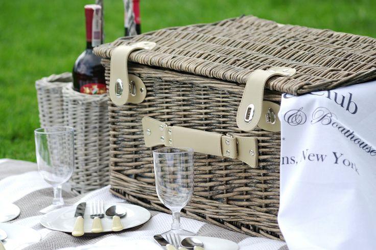Wiklinowy kosz piknikowy dla 4 osób, z rączką, pojemny. Kupisz go na www.hamptons.pl