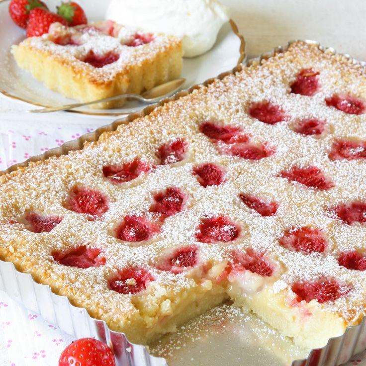 Somrig, härlig ljus kladdkaka med jordgubbar – en av de godaste kladdisarna man kan tänka sig! (Kan göras i en rund form).