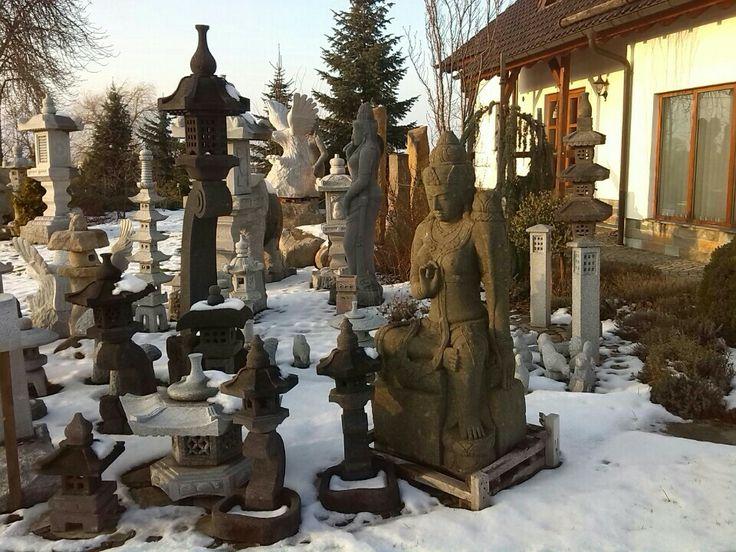Garten-Steinkunst importiert und verkauft Kunsthandwerk aus Naturstein für den Garten. Das Produktsortiment umfasst Gartenbrunnen, Steintröge, Gartenlaternen, Ziersteine, Steinfiguren und Gartenmöbel aus unterschiedlichsten Natursteinen.