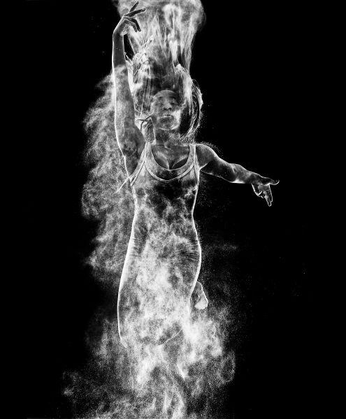Catégorie Art et Divertissement, 1er prix, Marc O'Sullivan (Marc O'Sullivan Photography)   Danseuse de poussière.    La danseuse Emmanuella Salako prend son envol