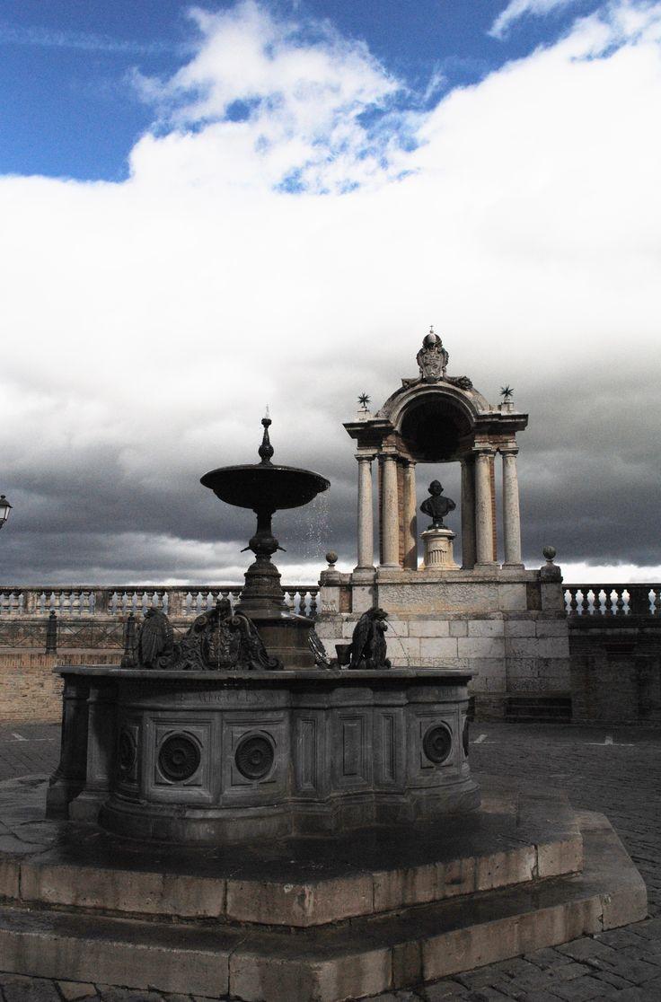 Treia - Fontana piazza della Repubblica con Monumento a Papa Pio VI