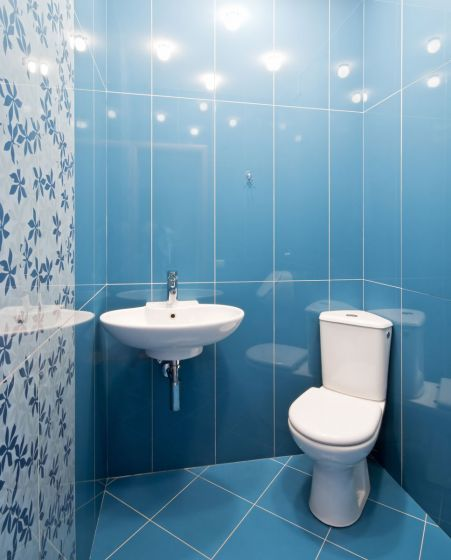 Ideas para decorar el baño en color azul - Combinar diferentes azulejos
