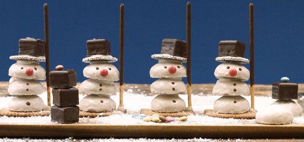 Die süßen Weihnachtsmänner aus Pfeffernüssen sehen super-niedlich aus und eure Kinder haben beim Zusammenbauen bestimmt jede Menge Spaß!
