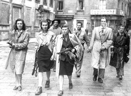 Tre ragazze aggregate ai gruppi partigiani, in piazza Brera a Milano mentre perlustrano la città insieme ai gappisti.