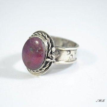 Pierścionek wykonany od podstaw ręcznie ze srebra pr. 925 oraz pięknego, naturalnego rubinu.