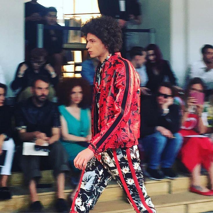 Christian Pellizzari Fashion Show. La prossima primavera estate è ispirata a Venezia e Venice Beach. @christianpellizzari #christianpellizzari #moda #fashion #katwalk #mfw #ss17 #sfilata