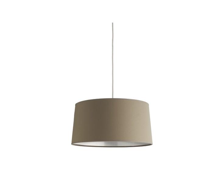Grande skjerm med metallisk interiør. Kan benyttes både til stålamper og pendler. Fåes i to størrelser og flere ulike farger. Dimensjoner: D36 x H19 cm. Kr. 710,-