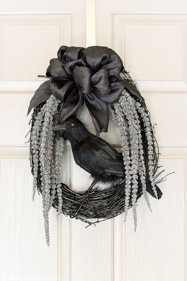 DIY Black Crow Wreath – a spooky glam Halloween wreath with glittery stems draping down and a black crow to welcome your guests. Halloween Mesh Wreaths, Halloween Porch Decorations, Halloween Crafts, Halloween Ideas, Halloween Party, Holiday Decorations, Homemade Halloween, Halloween House, Halloween 2019