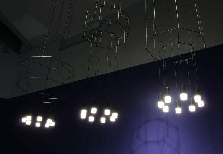"""Sistema de iluminación """"Wireflow"""" de Arik Levy para Vibia, 2013. Este sistema ofrece la posibilidad de """"dibujar"""" -a partir de un cable negro y puntos de luz LED-, geometrías en dos y tres dimensiones, proporcionando gran variedad de tamaños y configuraciones. Su herramienta en la web permite jugar con todas las opciones hasta llegar a un resultado personalizado."""