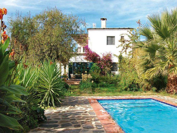 Villa Naranja  Beschrijving huis  Vrijstaande Villa Naranja ligt op een idyllische plek aan de rand van het dorp Válor. De villa is modern gebouwd met traditionele technieken. Het ruime en comfortabele huis heeft vloerverwarming en houtkachels in de woonkamer en de keuken. De badkamers zijn heel mooi uitgevoerd. Het huis sluit qua stijl prachtig aan bij Válor en de Alpujarra. In de 4000 m2 grote tuin van Villa Naranja vindt u olijf- amandel- en sinaasappelbomen naast andere exotische…