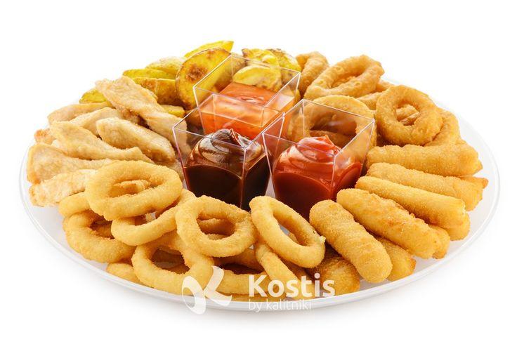 """Тарелка со снеками -  Луковые кольца, сырные палочки, кольца кальмара, куриные палочки и картофельные дольки. Подаются с соусами """"Чили"""", """"Барбекю"""" и """"Кетчуп"""""""