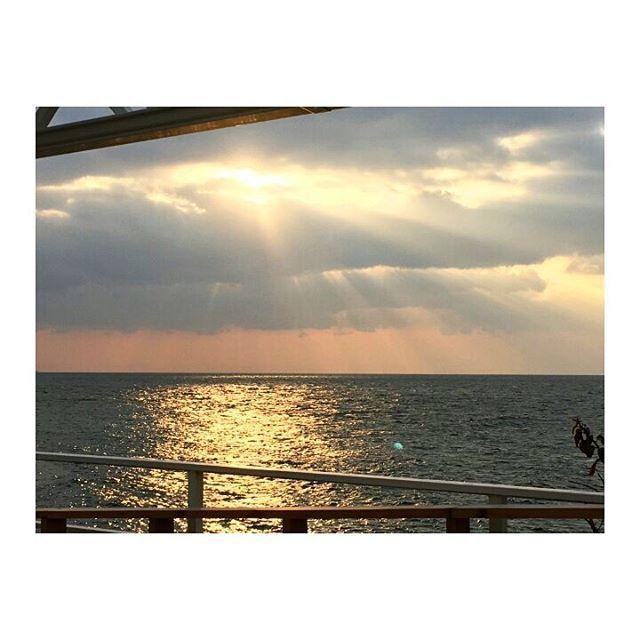 【y_yuu622】さんのInstagramをピンしています。 《Keep your face always toward the sunshine and shadows will fall behind you.  #sunset #cloudy #beautifulview #thereisalwayssunshine #sun #sunshine #sea #ocean #beach #japan #waltwhitman #quate #夕陽#雲の後ろにはいつも太陽☀#曇り#天気よくない#でも綺麗#オレンジ#景色#海#ビーチ#名言》