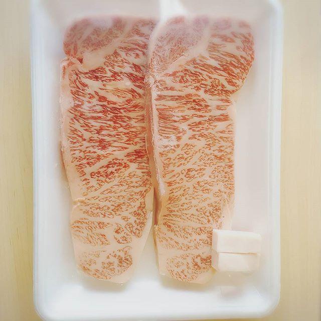 Happybirthday Hus🎂 Those steaks for BD special dishes:) . 旦那さんの誕生日なので今夜はステーキ🍴 サプライズで準備してた旦那さんの好きなルタオのチーズケーキ、、速攻見つかった\(^^)/ . . #サプライズ出来ない系#すぐバレちゃう系#🍖#誰か焼きに来てくれ#一年前が懐かしい#誕生日#待ちぼうけ#happybirthday#steak#wagyu#ステーキ#肉