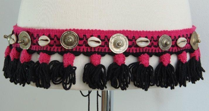 Cinturón formado por una tira de lana negra/fucsia decorada con botones Turkmaní y conchas.