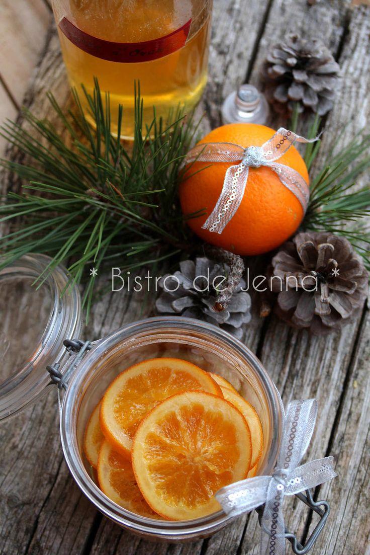Oranges confites - { la recette 2 en 1 } ❅ ❄ ❆ {Recette de Noël} ❅ ❄ ❆ INGREDIENTS: ❄ Pour un bocal d'oranges confites : 2 oranges non traitées 4 verres d'eau (1 verre=250ml) 3 verres de sucre blanc ❄ Pour la liqueur d'orange : 500 ml de sirop de cuisson...