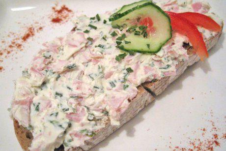Der Topfen wird mit Sauerrahm und Schinken sowie Schnittlauch zubereitet. Das Rezept Schinkenaufstrich passt perfekt aufs Brot.