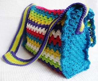 Een schoudertas gehaakt in rijen van 2, volgens mij dit het patroon van attic24, maar dat weet ik niet zeker. De tas is wel heel leuk.