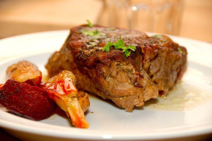 Med denne opskrift på langtidsstegt nakkesteg får du et stykke virkelig mørt kød, der her er skåret ud i portionsstykker, og stegt i ovnen. Langtidsstegt nakkesteg er et stykke billigt kød, der bli…