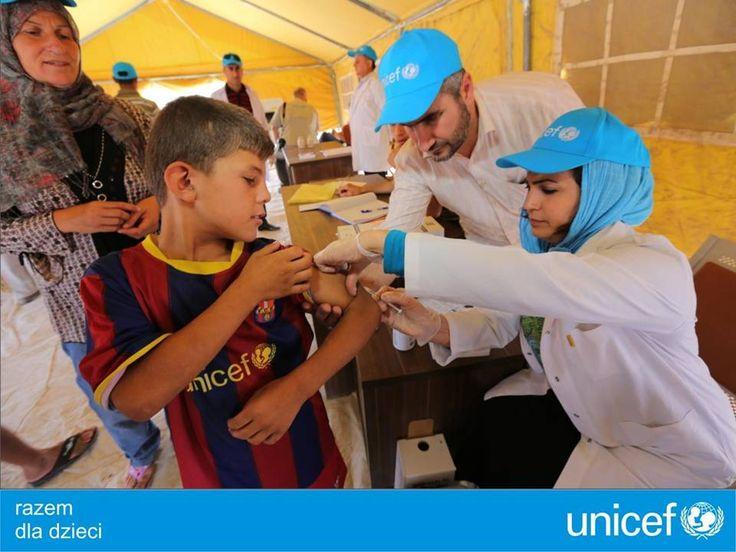 UNICEF szczepi dzieci przeciw odrze, gruźlicy, tężcowi i polio.