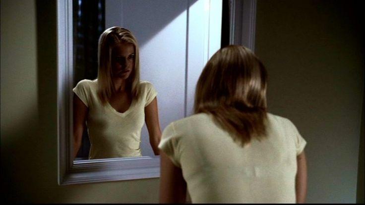 chelan-simmons-allo-specchio-mentre-sta-per-essere-uccisa-da-bloody-mary-nell-episodio-terrore-allo-specchio-di-supernatural