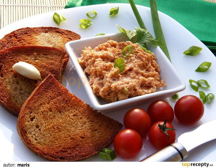 Nastrouháme sýr, cibuli nakrájíme najemno a postupně přidáváme ostatní ingredience. Důkladně vše promícháme.  Množství neuvádím, tak, jak si...