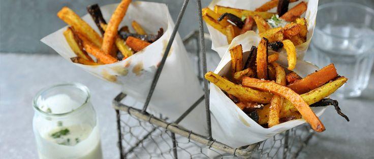 Met dit Airfryer recept kun je je eigen gezonde groentefriet maken. Lekkere verantwoorde frietjes van wortel, pastinaak en knolselderij.
