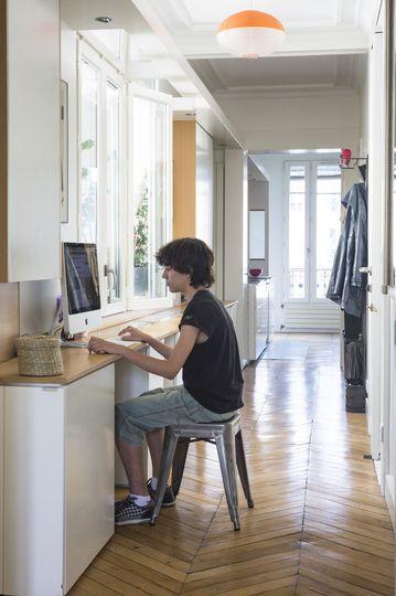 Un coin bureau dans le couloir - Maxi rangement pour un appartement familial - CôtéMaison.fr