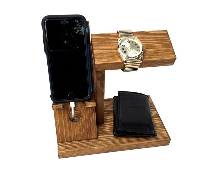 Perfekte Geschenk für jeden, der ein Handy besitzt!!  Alles in einem Handy docking Station Kammerdiener, Uhr Stand und Brieftasche Halter in einem gepflegten, organisierte Display!  Das iPhone / Handy Halter arbeitet mit den meisten Handys. Ein iPhone 6 und 6 s Plus sind in den Bildern gezeigt. Wenn Ihr Telefon mit Fall 3,5 breit x 6,5 x 1 Dick oder weniger groß ist, werde es passen!  Bequemer Schnur Krippe wird verhindert, dass Ihr Ladekabel Rutschen hinter Ihrer Kommode, Mauer, etc.. W...